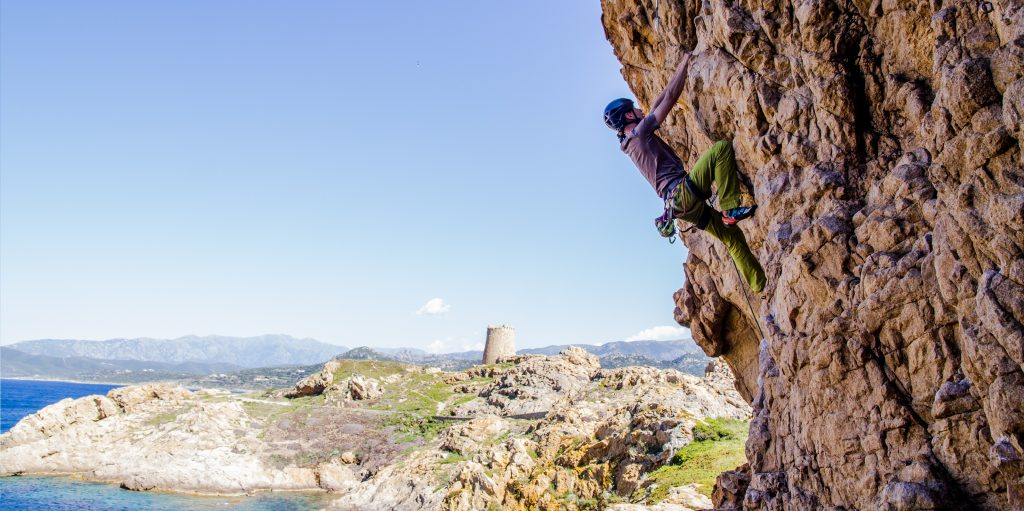 Kletterkurs auf Korsika mit Felsen und Meer