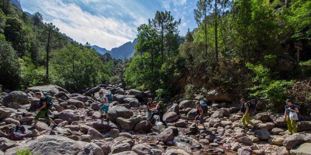 Wandern im Flussbett